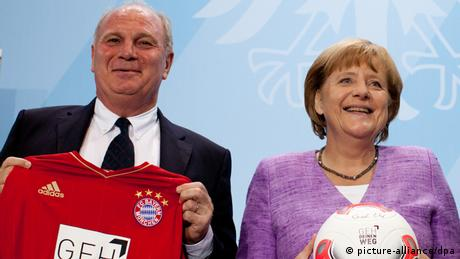 Angela Merkel and Uli Hoeness in the German Chancellor's Office (Foto: Kay Nietfeld dpa)