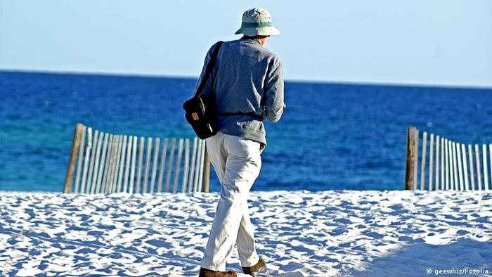 Umirovljenik šeta pješčanom plažom na Floridi