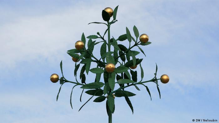 Металлическое дерево с позолоченными апельсинам