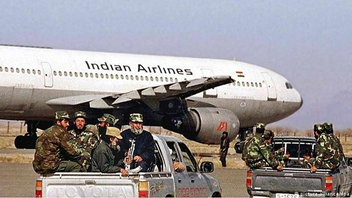 Crack troops of the ruling Afghan Taliban militia heading towards the hijacked Indian Airlines Airbus at Khandahar airport, 27 December 1999. (Photo: dpa)