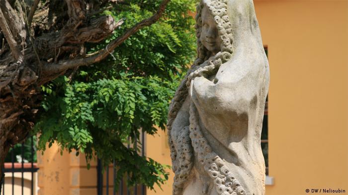 Скульптура перед дворцом