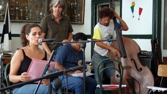 A vocalista Susana Travassos com Pino Pecorelli (meio)