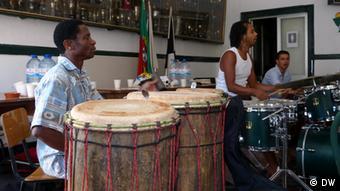 Gueladjo Sané com os instrumentos djembé e dunduns
