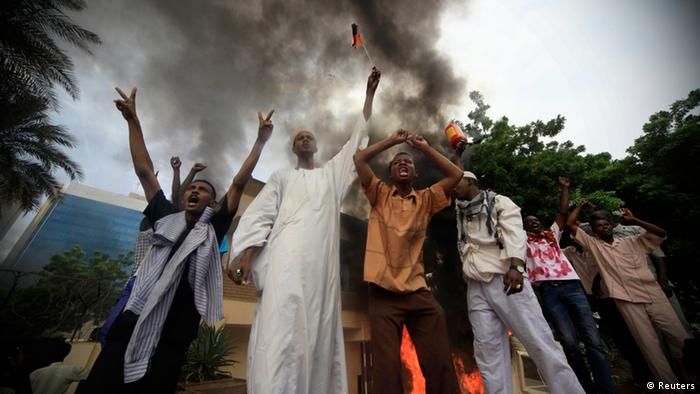 Demonstranten vor der brennenden deutschen Botschaft in Khartum (Foto: Reuters)