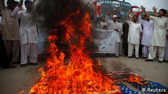 Schiitische Muslime verbrennen eine US-Flagge aus Protest gegen den Mohammed-Film (Foto: REUTERS/Fayaz Aziz)