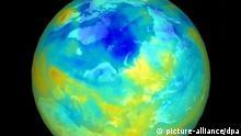 ARCHIV - Das NASA-Satellitenfoto dokumentiert die Größe des Ozonlochs über der Arktis im Winter 1999/2000, je dunkler das Blau, desto dünner die Ozonschicht. Die Ozonschicht schirmt die Erde weitgehend vor schädlichen ultravioletten Strahlen der Sonne ab. 1985 wurde erstmals ein Ozonloch über der Antarktis nachgewiesen. So gelangt mehr ungefiltertes UV-Licht auf die Erde, das zu Gesundheitsschäden wie Hautkrebs führen kann. Die UN erklärten 1994 den 16. September zum Welttag für die Erhaltung der Ozonschicht. 1987 wurde an diesem Datum das Montrealer Abkommen zu ihrem Schutz beschlossen. Zum Welttag wird gefordert, ozonfreundliche Produkte zu kaufen und die in Deutschland seit 1995 nicht mehr hergestellten Fluor-Chlor-Kohlenwasserstoffe (FCKW) zu vermeiden. Diese greifen die Ozonschicht besonders an. dpa (zu dpa-Hintergrund vom 15.09.2011) +++(c) dpa - Bildfunk+++