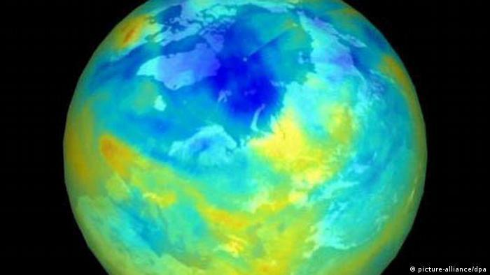 ARCHIV - Das NASA-Satellitenfoto dokumentiert die Größe des Ozonlochs über der Arktis im Winter 1999/2000. Foto: dpa