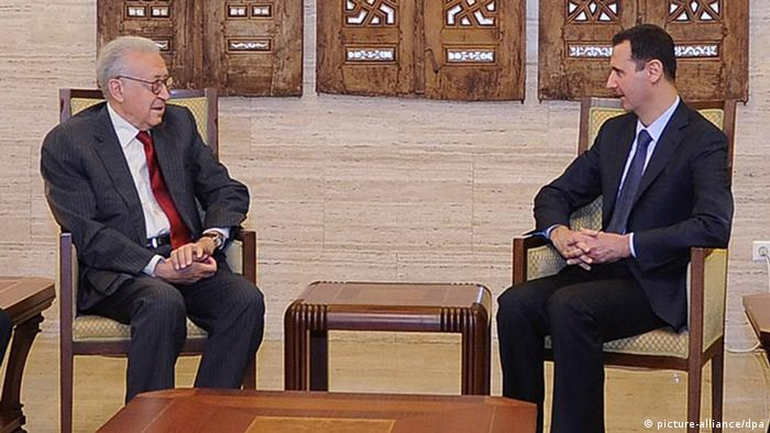 ++++ Alternativer Ausschnitt +++ epa03398423 A handout photo made available by Syria's Arab News Agency SANA shows Syrian President Bashar Assad (C-R) meeting with the U.N.-Arab League envoy, Lakhdar Brahimi (C-L), in Damascus, Syria on 15 September 2012 for talks that focused on the 18-month-old crisis in the country. Brahimi_s meeting with Assad is the first since he has replaced the former UN Secretary General Kofi Annan. Brahimi, who is on a three-day visit to Syria, held a series of meetings in Damascus with Syrian officials and opposition leaders in order to shape a clear perspective for his future initiative to end the crisis. EPA/SANA / HANDOUT HANDOUT EDITORIAL USE ONLY/NO SALES +++(c) dpa - Bildfunk+++