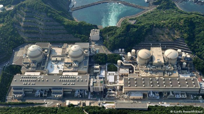 In this July 16, 2011 photo, Kansai Electric Power Co.'s Nos. 3, right, and 4 units of the Oi nuclear power station, located at Oi, in the western Japanese prefecture of Fukui, are shown. Nuclear officials were expected to rule Wednesday Jan. 18, 2012, that two nuclear reactors in western Japan had passed stress tests, paving the way for a restart. (Foto:Kyodo News/AP/dapd) JAPAN OUT, MANDATORY CREDIT, NO LICENSING IN CHINA, FRANCE, HONG KONG, JAPAN AND SOUTH KOREA