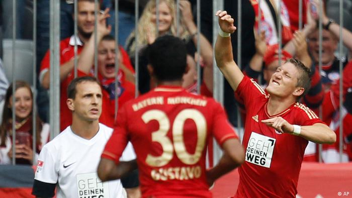 Bayern's Bastian Schweinsteiger, right, celebrates after scoring his side's second goal during the German first division Bundesliga soccer match between FC Bayern Munich and 1. FSV Mainz 05, in Munich, Germany, Saturday, Sept. 15, 2012. (Foto:Matthias Schrader/AP/dapd)