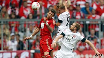 Bayern's Mario Mandzukic of Croatia, left, Mainz's Jan Kirchhoff, right, and Mainz's Niko Bungert, center, challenge for the ball during the German first division Bundesliga soccer match between FC Bayern Munich and 1. FSV Mainz 05, in Munich, Germany, Saturday, Sept. 15, 2012. (Foto:Matthias Schrader/AP/dapd) -