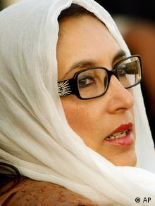 FILE - In this Thursday, Dec. 27, 2007 file photo, Pakistan's former Prime Minister Benazir Bhutto at her last rally in Rawalpindi, Pakistan. Bhutto was assassinated with 20 others in a suicide attack as she left the rally. A Pakistani government prosecutor said Saturday Nov. 5, 2011, a court has indicted seven men on charges of killing country's former Prime Minister Benazir Bhutto. (Foto:B.K.Bangash, File/AP/dapd)