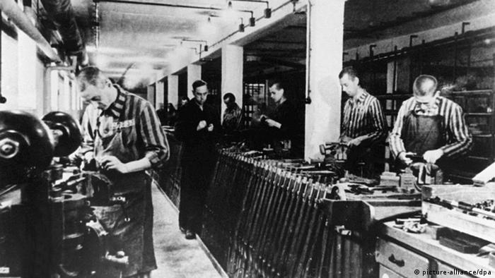 Robotnicy przymusowi w niemieckim obozie koncentracyjnym Dachau przy produkcji broni