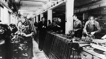 Häftlinge in Dachau bei der Fertigung von Waffen (Foto: picture-alliance/dpa)