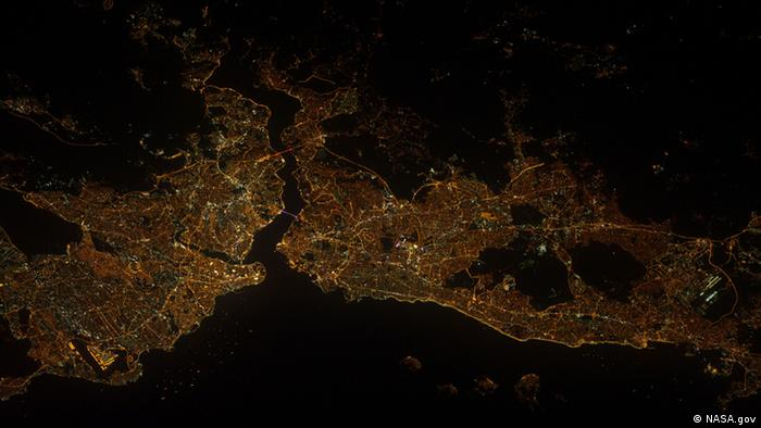 Astronauten der Internationalen Raumstation (ISS) haben am 10. September, die türkische Stadt Istanbul fotografiert.  Foto: NASA – das ISS-Team.  Quelle: http://www.nasa.gov/mission_pages/station/multimedia/gallery/iss032e017547.html.  Zu sehen auf dem Foto sind nicht nur die die rund 30 Kilometer lange Meeresenge Bosporus, gut auf der Aufnahme zu erkennen sind die beiden Hängebrücken, die Bosporus-Brücke und die Fatih-Sultan-Mehmet-Brücke - beide sind mehrspurig ausgebaut und dienen als Verbindung zwischen Europa und Asien. Die Meerenge, die das Schwarze Meer mit dem Marmarameer verbindet - hier oberhalb zu erkennen, ist allerdings auch selbst eine stark befahrene Strömung, die 30 Kilometer lange Passage wird intensiv für die Schifffahrt genutzt.