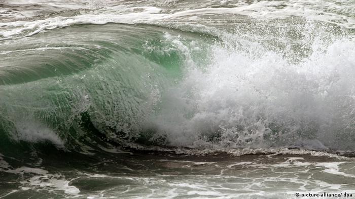 Eine sich brechende Welle am Meer