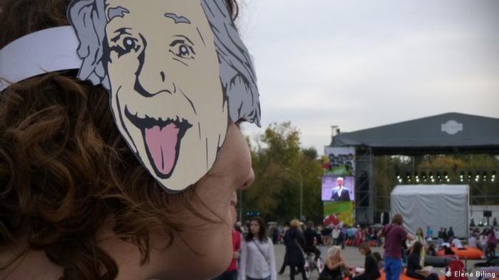 Зритель в маске с изображением Эйнштейна