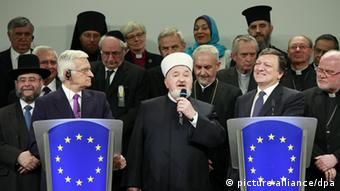 epa02759330 Islam Communities representative Shaykh Mustafa Ceric Grand Mufti of Bosnia-Herzegovina during a news conference with European Commission President Jose Manuel Barroso (R) European parliament President Jerzy Buzek (L), President of the European Council, Herman Van Rompuy (not pictured) and Euroepan religious leaders after their 7th annual meeting to discuss the democratic rights in the Partnership for democracy, at the European commission headquarters in Brussels, Belgium, 30 May 2011. EPA/OLIVIER HOSLET