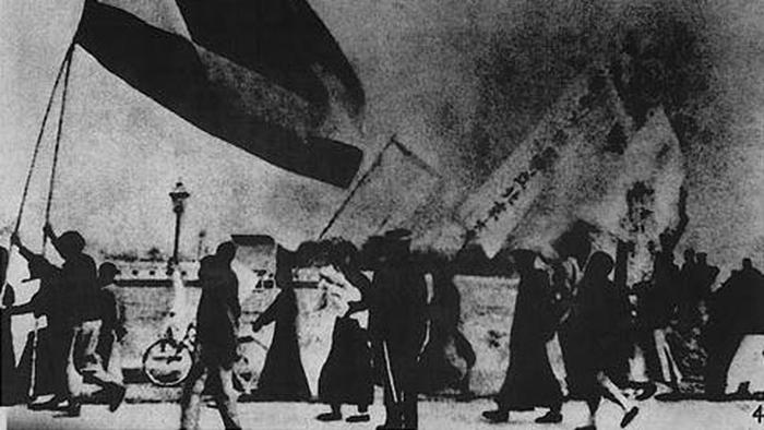 1919年5月4日,北京学生上街抗议凡尔赛条约将青岛划归日本