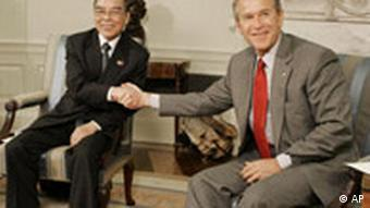 Phan Van Khai shakes hands with US President George W. Bush in Washington
