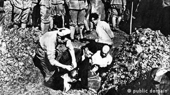 Beschreibung Chinese to be buried alive by Japanese soldiers during Nanking Massacre. In 2008, another photo which presents the same scene was discovered in Japan verifies its authenticity[1]. 《日寇暴行实录》配图标题:南京寇军活埋我同胞之惨状 Datum 1937/38 Quelle First published in: A Faithful Record of Atrocity of Japanese Troops, 1938 This image is now in the public domain because its term of copyright has expired