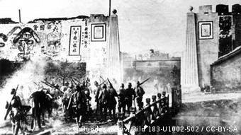 Beschreibung Chinese to be buried alive by Japanese soldiers during Nanking Massacre. In 2008, another photo which presents the same scene was discovered in Japan verifies its authenticity[1]. 《日寇暴行实录》配图标题:南京寇军活埋我同胞之惨状 Datum 1937/38 Quelle First published in: A Faithful Record of Atrocity of Japanese Troops, 1938 Bundesarchiv, Bild 183-U1002-502 / CC-BY-SA