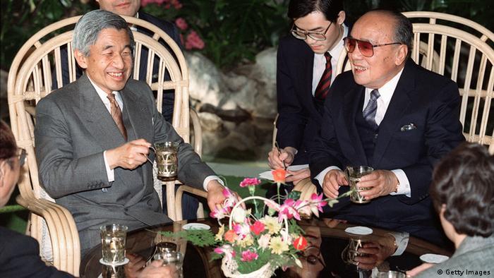Bildergalerie chinesisch-japanische Beziehungen Kaiser Akihito in Peking 1992 (Getty Images)