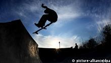 Christian springt am Samstag (24.03.2012) über eine Rampe im 2er Skatepark in Hannover. Mehrere Jahre setzte sich die Skateboardszene in Hannover vergeblich bei der Stadt für den Bau eines Skateboardparks ein. Skateboarder aus Hannover ergriffen daraufhin selbst die Inititiative, pachteten einen geeigneten Platz und gründeten einen Verein 2er Skateboarding e.V. , in dem Skater von sechs bis dreißig Jahren aktiv sind. Foto: Julian Stratenschulte dpa/lni +++(c) dpa - Bildfunk+++