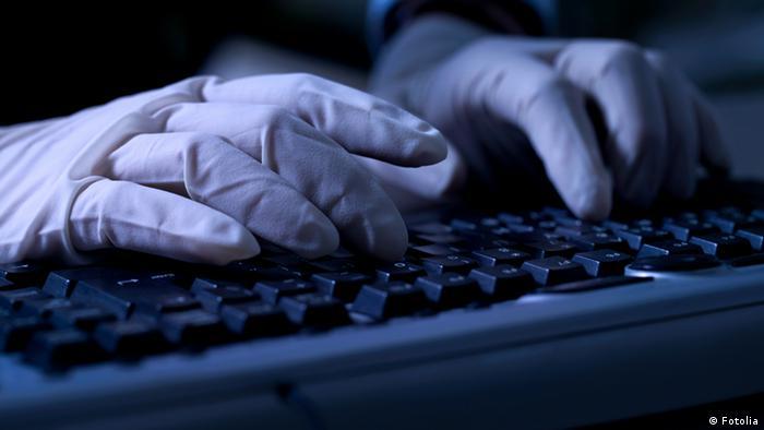 Руки в перчатках на клавиатуре