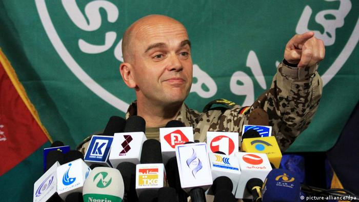 epa03301568 International Security Assistance Forces (ISAF), German Brigadier General Guenter Katz spokesman, talks with journalists during a press conference in Kabul, Afghanistan, 09 July 2012. Six NATO soldiers were killed in a bomb attack in Afghanistan on 08 July as the international community has met in Tokyo to pledge development aid to the country for after the withdrawal of foreign troops. EPA/S. SABAWOON +++(c) dpa - Bildfunk+++