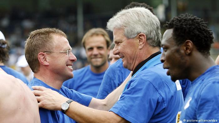 Dietmar Hopp (Mitte) umarmt Trainer Ralf Rangnick (l.) nach dem 5:0 Sieg gegen Fürth und dem damit verbundenen Aufstieg in die 1. Bundesliga (Foto: picture-alliance/dpa)