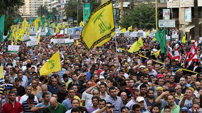 Hezbollah supporters wave their flag and shout slogans, during a rally denouncing an anti-Islam film that has provoked a week of unrest in Muslim countries worldwide, in the southern suburb of Beirut, Lebanon, Monday Sept. 17, 2012. Hezbollah's leader Hassan Nasrallah, not shown, who does not usually appear in public for fear of assassination, called for Monday's protests in Beirut, saying the U.S. must be held accountable for the film because it was produced in America. (Foto:Hussein Malla/AP/dapd).