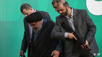 Hezbollah leader Sheik Hassan Nasrallah, third right, is escorted by his bodyguards as he leaves after adressing a crowd of tens of thousands of supporters, during a rally denouncing an anti-Islam film that has provoked a week of unrest in Muslim countries worldwide, in the southern suburb of Beirut, Lebanon, Monday Sept. 17, 2012. Nasrallah who does not usually appear in public for fear of assassination called for Monday's protests in Beirut, saying the U.S. must be held accountable for the film because it was produced in America. (Foto:Hussein Malla/AP/dapd).