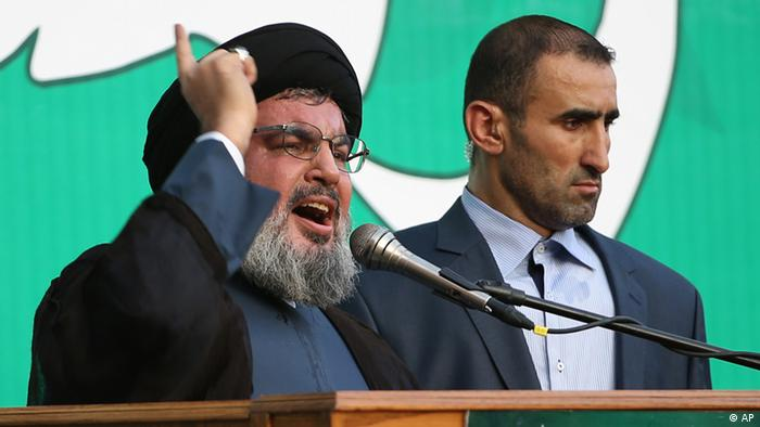 Hezbollah leader Sheik Hassan Nasrallah, left, speaks to a crowd of tens of thousands of supporters, not shown, during a rally denouncing an anti-Islam film that has provoked a week of unrest in Muslim countries worldwide, in the southern suburb of Beirut, Lebanon, Monday Sept. 17, 2012. Nasrallah who does not usually appear in public for fear of assassination called for Monday's protests in Beirut, saying the U.S. must be held accountable for the film because it was produced in America. Arabic reads, the messenger of God. (Foto:Hussein Malla/AP/dapd).