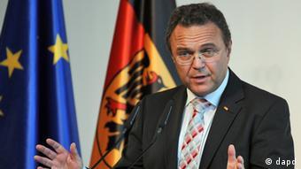 Nordrhein-Westfalen/ Bundesinnenminister Hans-Peter Friedrich (CSU) spricht am Montag (17.09.12) in Bonn beim Festakt zum 40-jaehrigen Bestehen der Sondereinheit der Bundespolizei, der GSG 9. Die GSG 9 erfahre im In- und Ausland eine hohe Wertschaetzung und sei aus der Sicherheitsarchitektur der Bundesrepublik nicht mehr wegzudenken, sagte der Innenminister. Die Spezialeinheit habe ihre Schlagkraft und Professionalitaet bei Geiselbefreiungen oder im Kampf gegen den Terrorismus oder die Rockerkriminalitaet bewiesen. Zugleich erinnerte der Minister daran, dass drei GSG-9-Beamte bei Einsaetzen ihr Leben verloren haetten. (zu dapd-Text) Foto: Henning Kaiser/Pool/dapd.