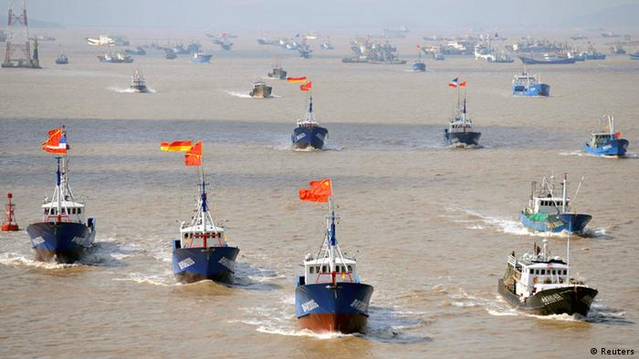 Fishing boats are seen departing from Shenjiawan port in Zhoushan, Zhejiang province towards the East China Sea fishing grounds, September 17, 2012. China and Japan are currently involved in a territorial dispute involving a group of uninhabited islets in the East China Sea, called the Senkaku by Japan and Diaoyu by China. Picture taken September 17, 2012. REUTERS/Stringer (CHINA - Tags: FOOD MARITIME) CHINA OUT. NO COMMERCIAL OR EDITORIAL SALES IN CHINA