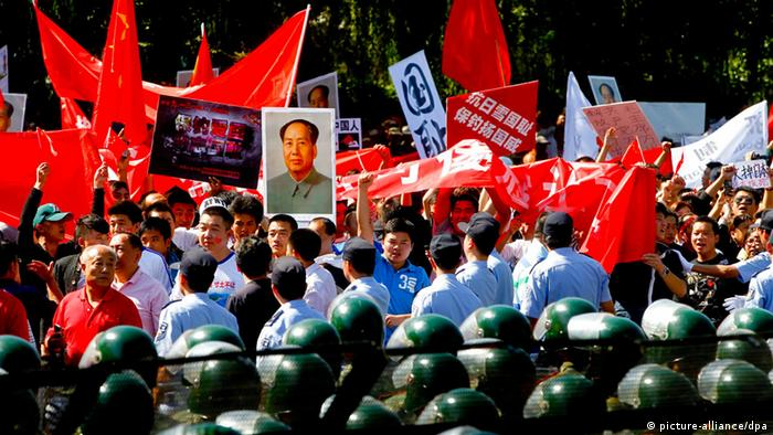Chinese demonstrators protest outside the Japanese embassy in Beijing, China, Photo: EPA/DIEGO AZUBEL
