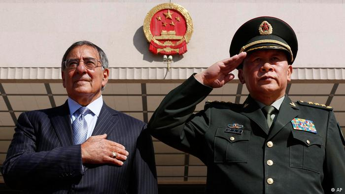 US Defense Secretary Leon Panetta, left, stands at attention next to China's Defense Minister Liang Guanglie at the Bayi Building in Beijing. (Foto:Larry Downing, Pool/AP/dapd)