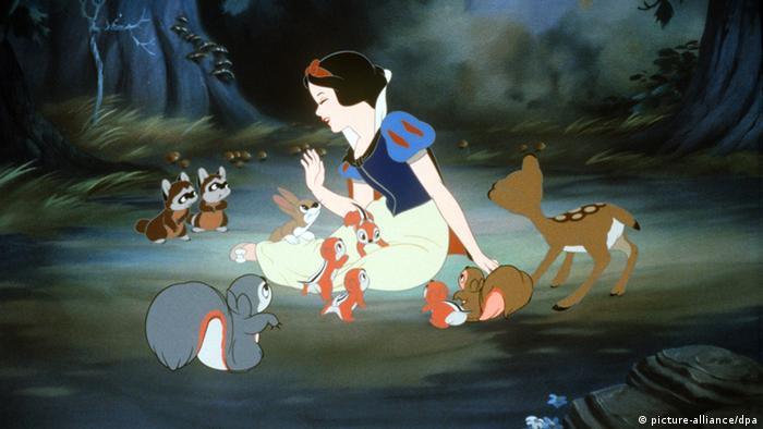 Eine Filmszene Disney-Zeichentrickfilm Schneewittchen, bei der Schneewittchen im Wald zwischen vielen Tieren auf dem Boden sitzt.