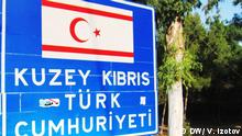 Schild auf Türkisch Türkische Republik Nordzypern in Nordzypern. Russland und seine Beziehungen zu Nikosia, Ankara und Nordzypern. Das Foto hat unser Korrespondent in Nikosia (Zypern) Vladimir Izotov im August 2012 gemacht.