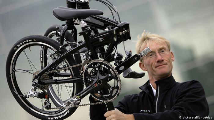 Homem com bicicleta dobrável