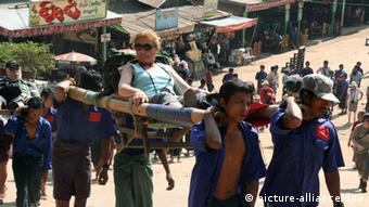 Burmese carry a tourist to a tourist destination(Photo: Lothar Ferstl)