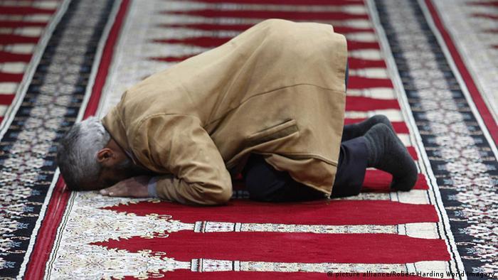 Muslim betet auf dem Flughafen von Amman - picture alliance/Robert Harding World Imagery