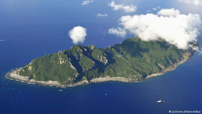 ©Kyodo/MAXPPP - 02/09/2012 ; NAHA, Japan - Photo taken from a Kyodo News helicopter shows Uotsuri Island, part of the Senkaku Islands in the East China Sea on Sept. 2, 2012. A Tokyo metropolitan government team the same day conducted an offshore inspection of the islands as part of its plan to buy land on the isles amid a growing territorial row with China over the uninhabited islets. (Kyodo)
