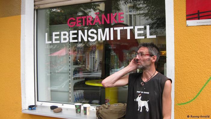 Pfandsammler. Ralf telefoniert mit Pfandgeber. 12. September, 2012, Berlin Copyright: Ronny Arnold via Ronny Arnold, www.mediedienst-ost.de