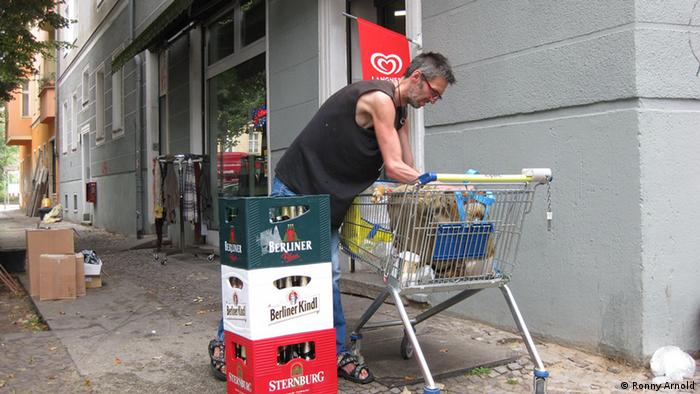 Pfandsammler. Ralf gibt Flaschen ab. 12. September, 2012, Berlin Copyright: Ronny Arnold via Ronny Arnold, www.mediedienst-ost.de