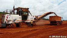 Bildbeschreibung: Bauxit-Abbau in der Débélen-Mine in Guinea Schlagworte: Bauxit, Aluminium, Rohstoffe, Guinea Überschrift: Bauxit-Abbau in Guinea Fotograf: Bob Barry
