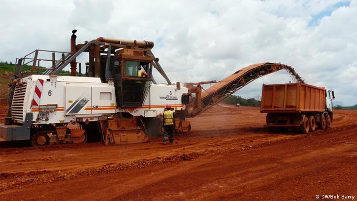 Bauxit-Abbau in der Débélen-Mine in Guinea (DW/Bob Barry)