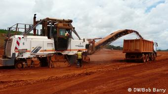 Bauxit-Abbau in der Débélen-Mine in Guinea (DW/Bob Barry)