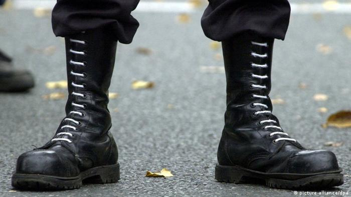 Black military boots meant to symbolize right-wing extremism Foto: Bernd Thissen dpa/lnw +++(c) dpa - Bildfunk+++